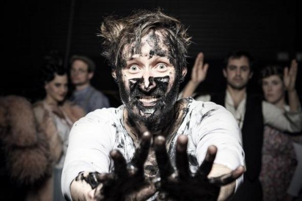 Das Öl klebt ihm wie Blut an den Händen- Sebastian Brandes als J. A. Bunny Ross, Jr. Foto: Florian Merdes