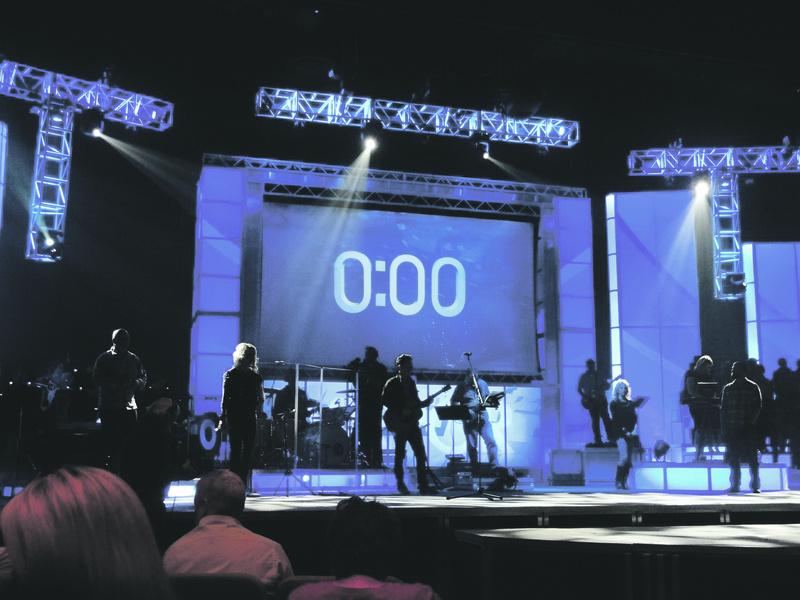Der Countdown für die Predigt. Foto: Jasmin Miah.
