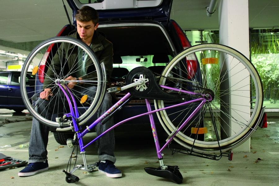 Felix Baumeister mit einem Fahrrad. Foto: Annika Kasties