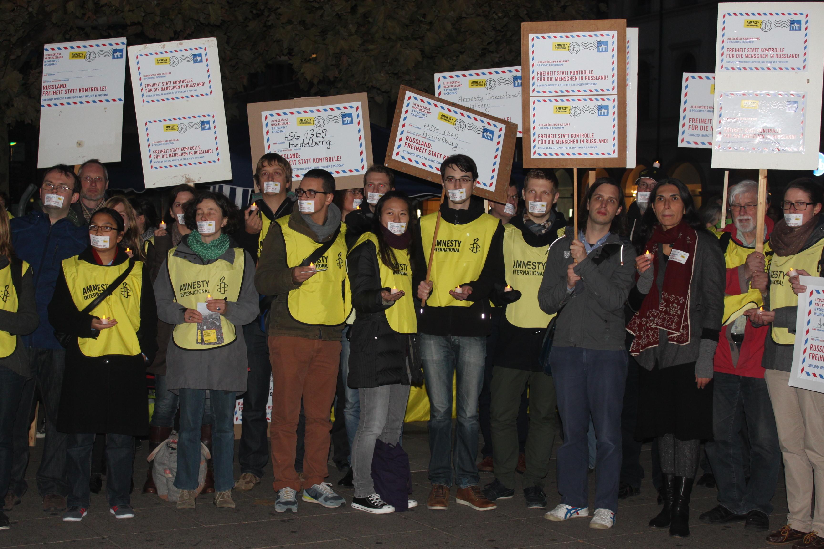 Die Hochschulgruppe Amnesty International demonstriert auf dem Bismarckplatz gegen Verstöße am Menschenrecht in Russland. Foto: Johanna Mitzschke