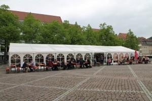 Während des Symposiums entspannen die Besucher vor dem Zelt. / Foto: Philipp Fischer.