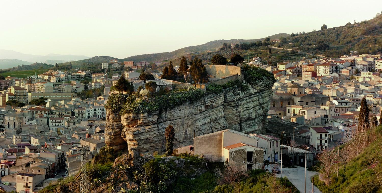 Corleone im Norden Siziliens. Das idyllische Dorf wird seit Jahren von der Mafia beherrscht. Foto: Tomasso Bonaventura/ Alessandro Imbracio, Reiss-Engelhorn-Museen