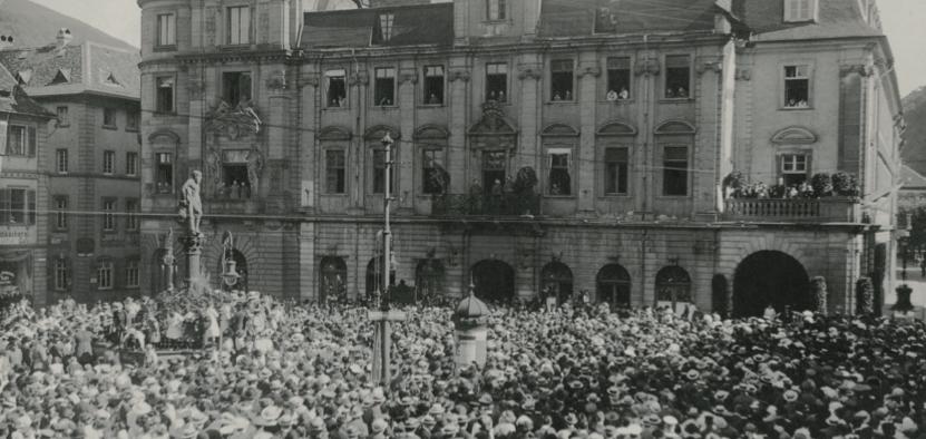 Die Erklärung der Mobilmachung: Am 1. August 1914 verkündet Oberbürgermeister Ernst Walz vom Balkon des Rathauses den Beginn des Krieges. Foto: Stadtarchiv Heidelberg