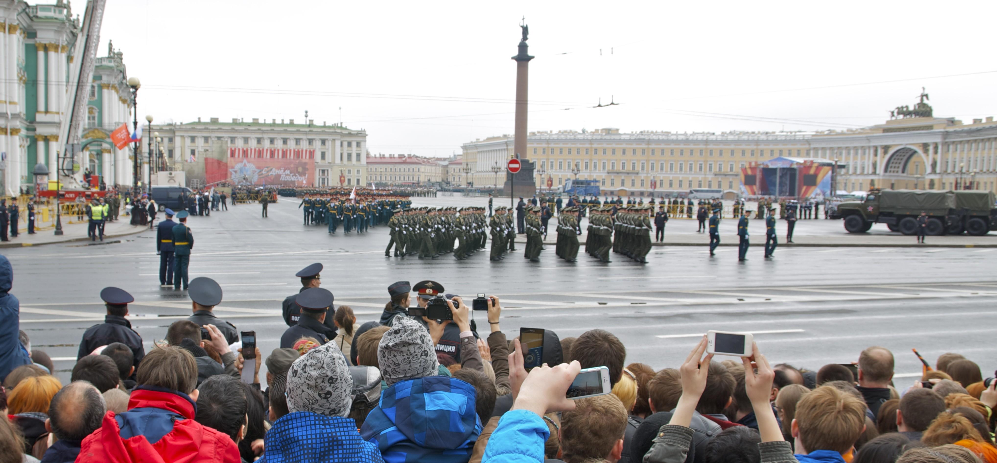 """Begeisterte Zuschauer bei der Militärparade zum """"Tag des Sieges"""" in Sankt Petersburg. Foto: Albert Friedenthal, public domain"""
