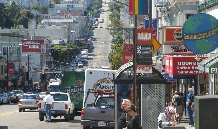 Castro Street San Francisco. Bild: Outsider80 / Wikimedia Commons (https://ru.wikipedia.org/wiki/Сан-Франциско#/media/File:Castro_Street_SF_cropped.jpg), Lizenz: CC BY 2.0 (http://creativecommons.org/licenses/by/2.0/)