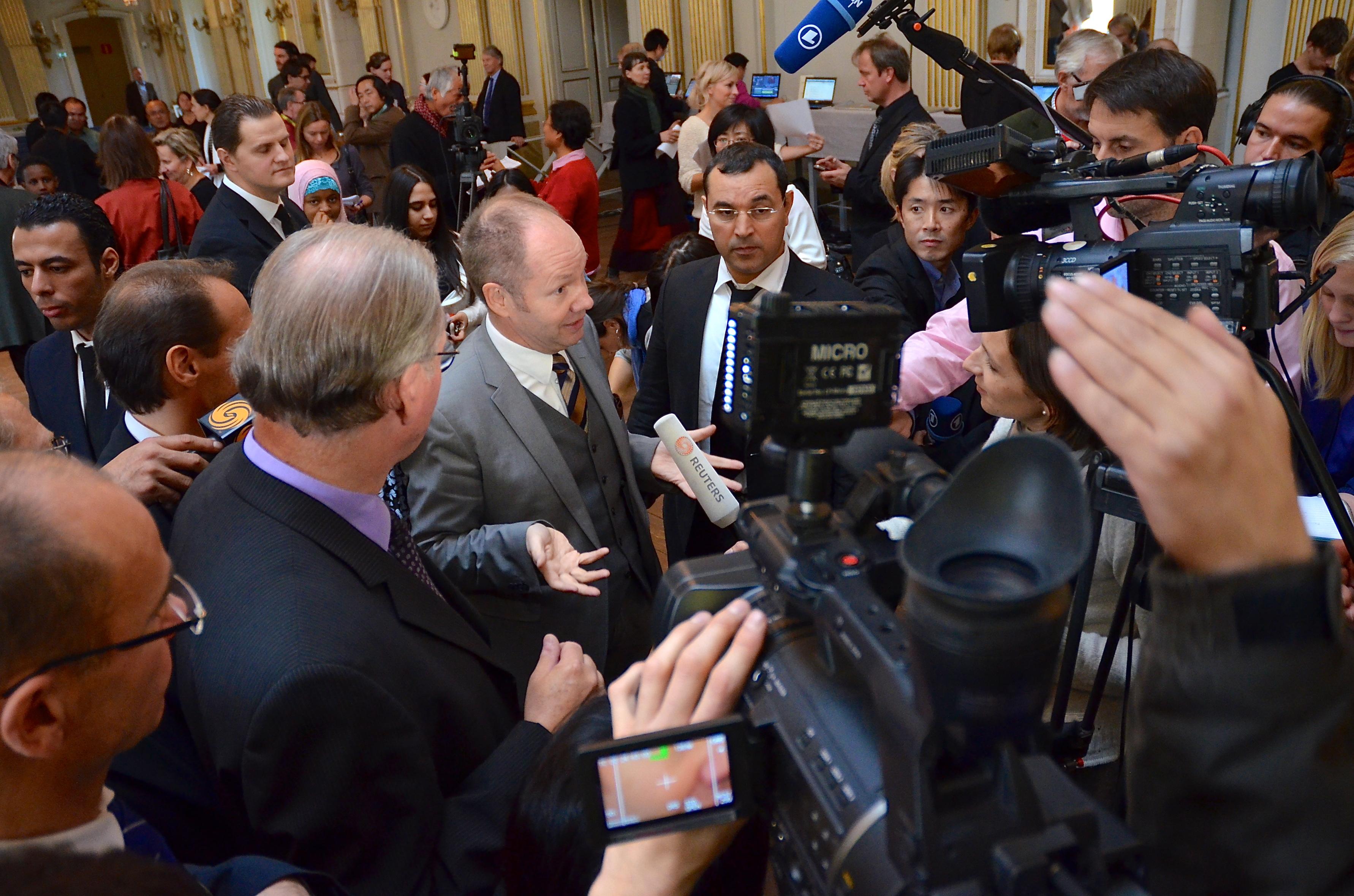 Medienspektakel: Peter Englund verkündet den Literaturnobelpreisträger 2012. Foto: Frankie Foughantin, CC BY-SA 3.0 (http://creativecommons.org/licenses/by-sa/3.0/)