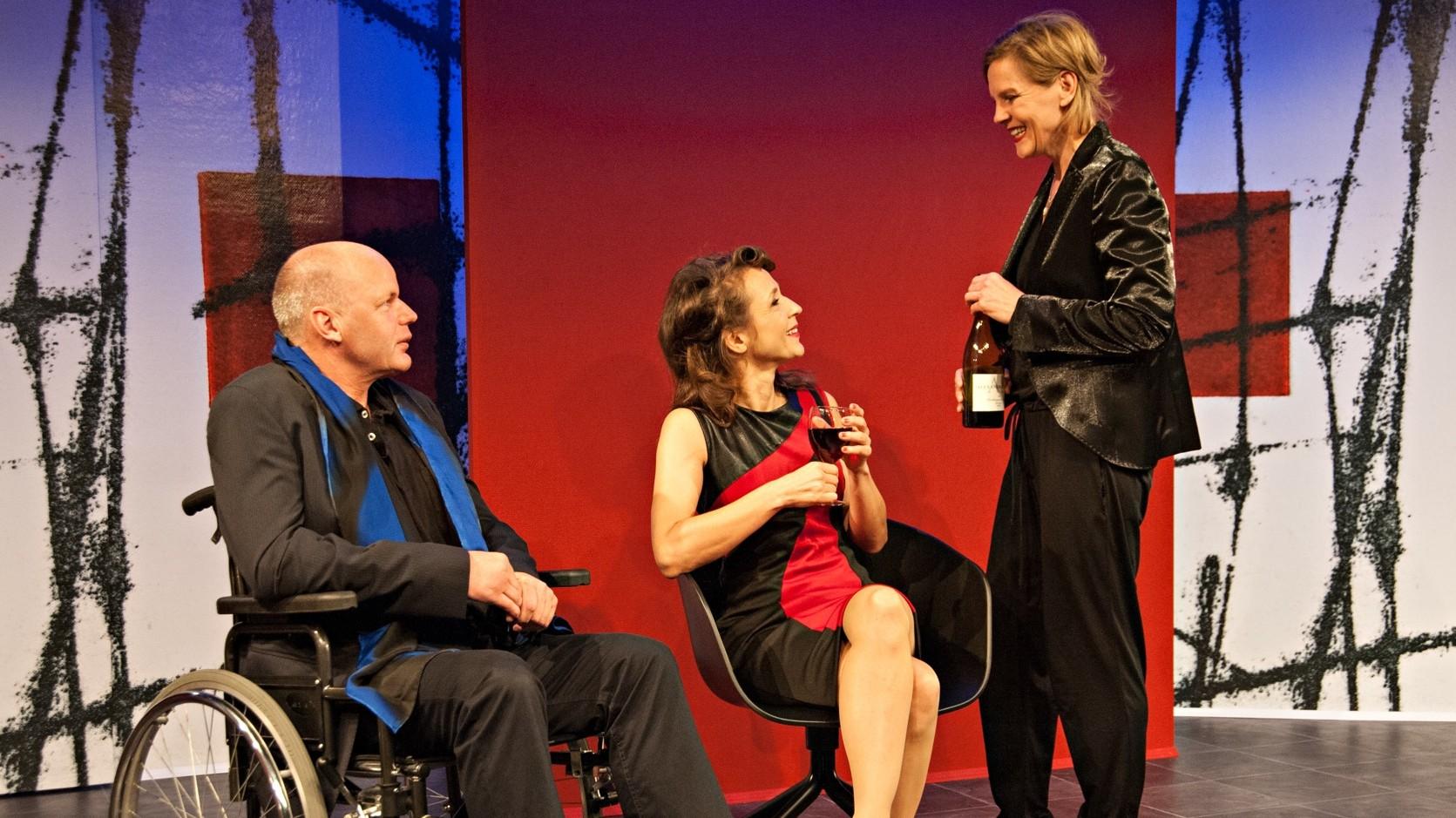 """Michael Schernthaner, Irina Wrona und Christina Dom in """"Einst ein Tiger"""". Bild: Zimmertheater"""