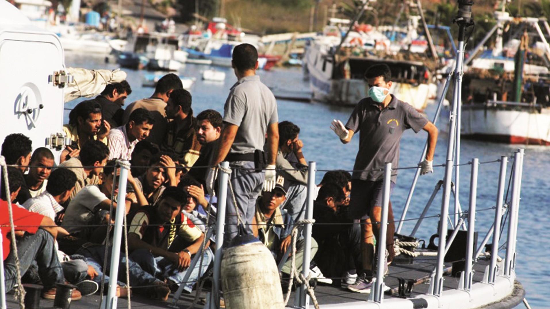 Trotz widrigster Bedingungen können sich nur die wenigsten Afrikaner die Flucht auf einem Schlepperboot leisten. Bild: Sara Prestianni / Wikimedia Commons (https://en.wikipedia.org/wiki/File:Lampedusa_noborder_2007-2.jpg), Lizenz: CC BY 2.0 (https://creativecommons.org/licenses/by/2.0/deed.en)