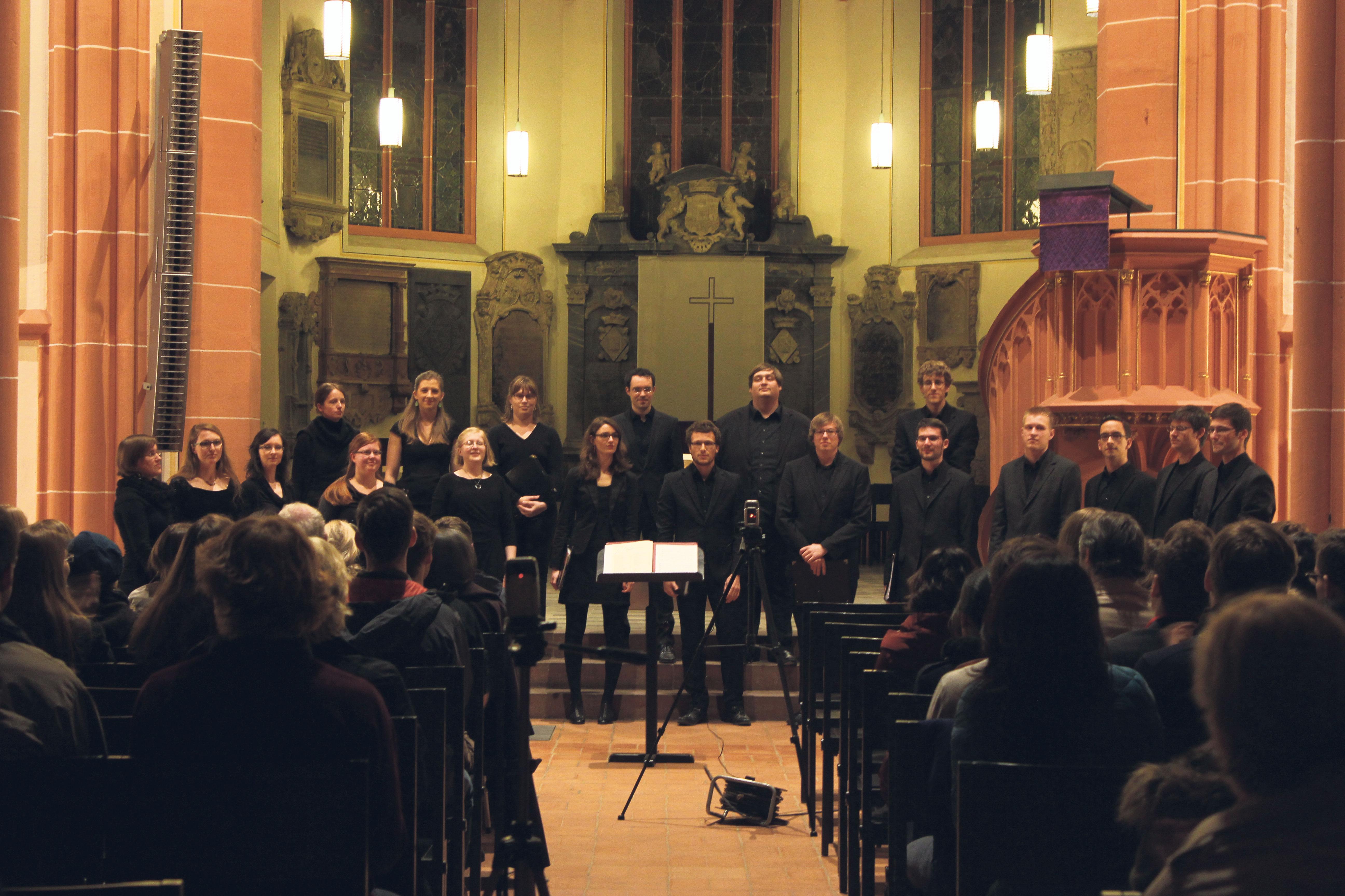 """Der Kammerchor """"Voces Salomonis"""" bei einem Auftritt in der Heidelberger Peterskirche. Foto: Voces Salomonis Heidelberg"""