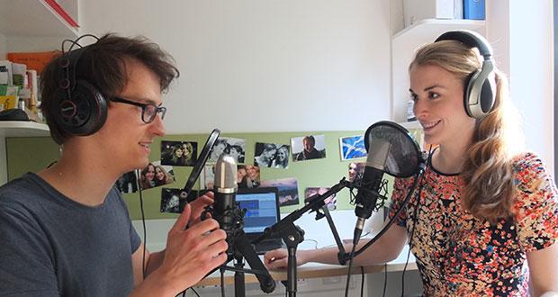 """Annika und Dennis, die Gründer von """"Science Pie"""", bei der Tonaufnahme für ihren neuesten Podcast. Bild: Science Pie"""