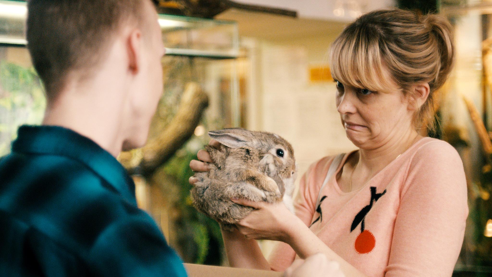 Hedi in der Zoohandlung. Bild: Komplizen Film / Pandora Film 2015