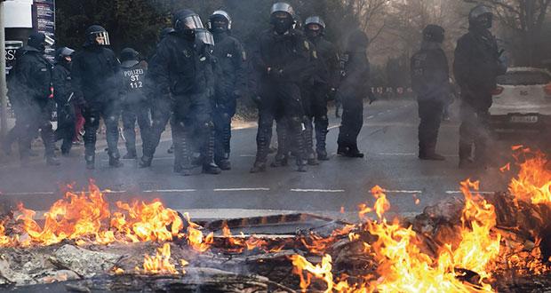 Bei den Protesten gegen die EZB in Frankfurt kam es zu Ausschreitungen. Bild: Montecruz Foto (https://www.flickr.com/photos/libertinus/16717747279) CC BY-SA 2.0 (https://creativecommons.org/licenses/by-sa/2.0/)