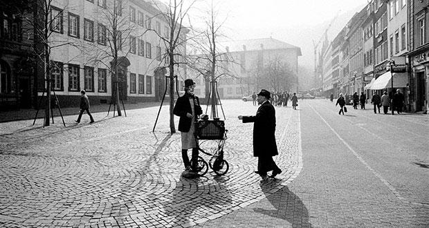 """Schattenspiel vor Altstadtkulisse: """"Straßenmusiker am Uniplatz"""", aufgenommen von Kresin im Jahr 1983. Stefan Kresin/RNZ-Archiv"""