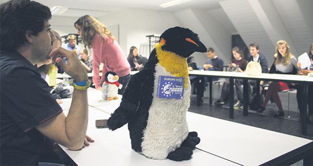 Pinguin Friedrich ist das Maskottchen der AEGEE und immer mit dabei. Bild: Deborah Hanking-Evans