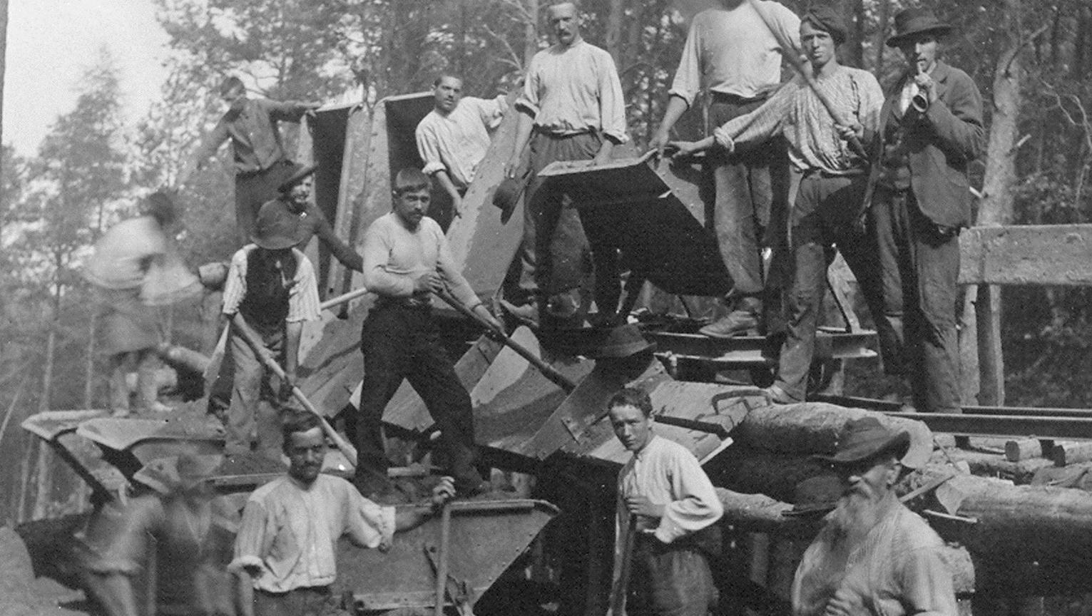 Bau der Molkenkurstrecke durch den Wald. Bilder: Stadtwerke Heidelberg
