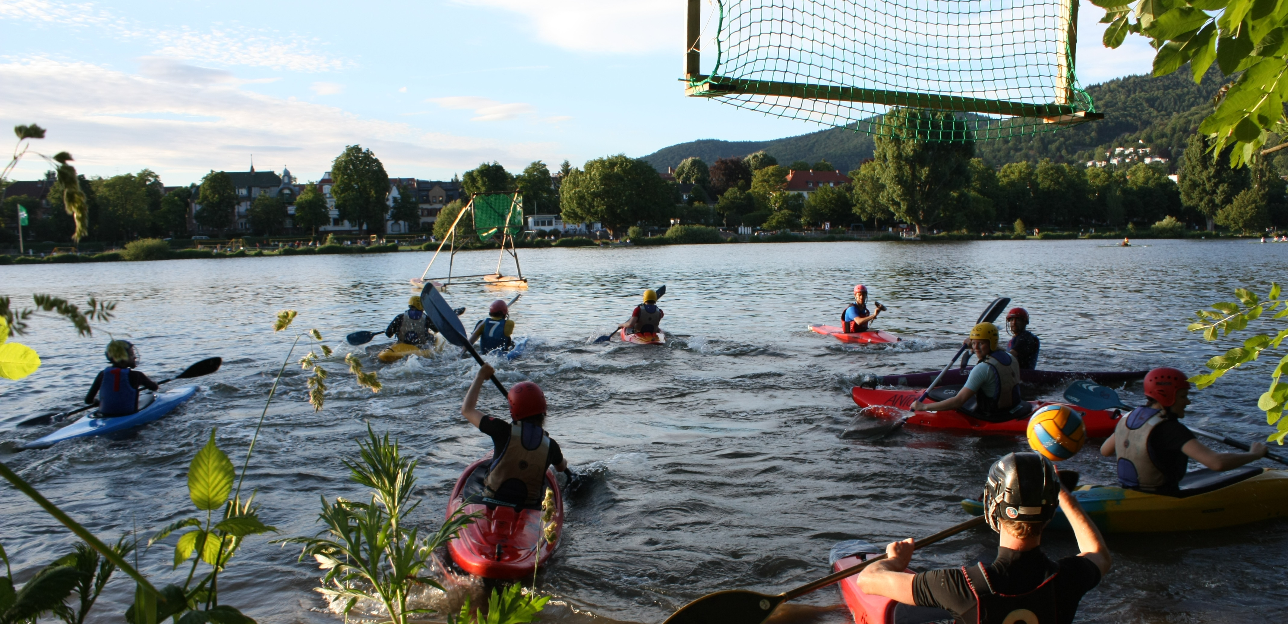 Wasserscheu darf man beim Kanupolo nicht sein. Das Versenken des Gegners ist erlaubt. Bilder: Greta Aigner