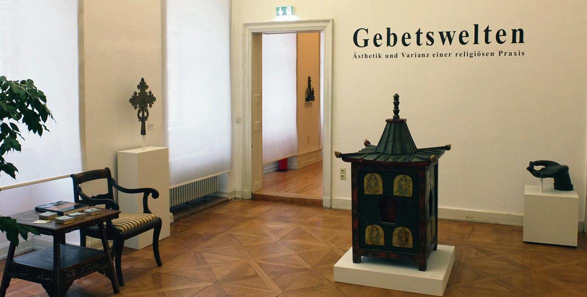 Eine Gebetsmühle aus Nepal an der Heidelberger Hauptstraße: Fernost trifft Barock. Bild: Völkerkundemuseum