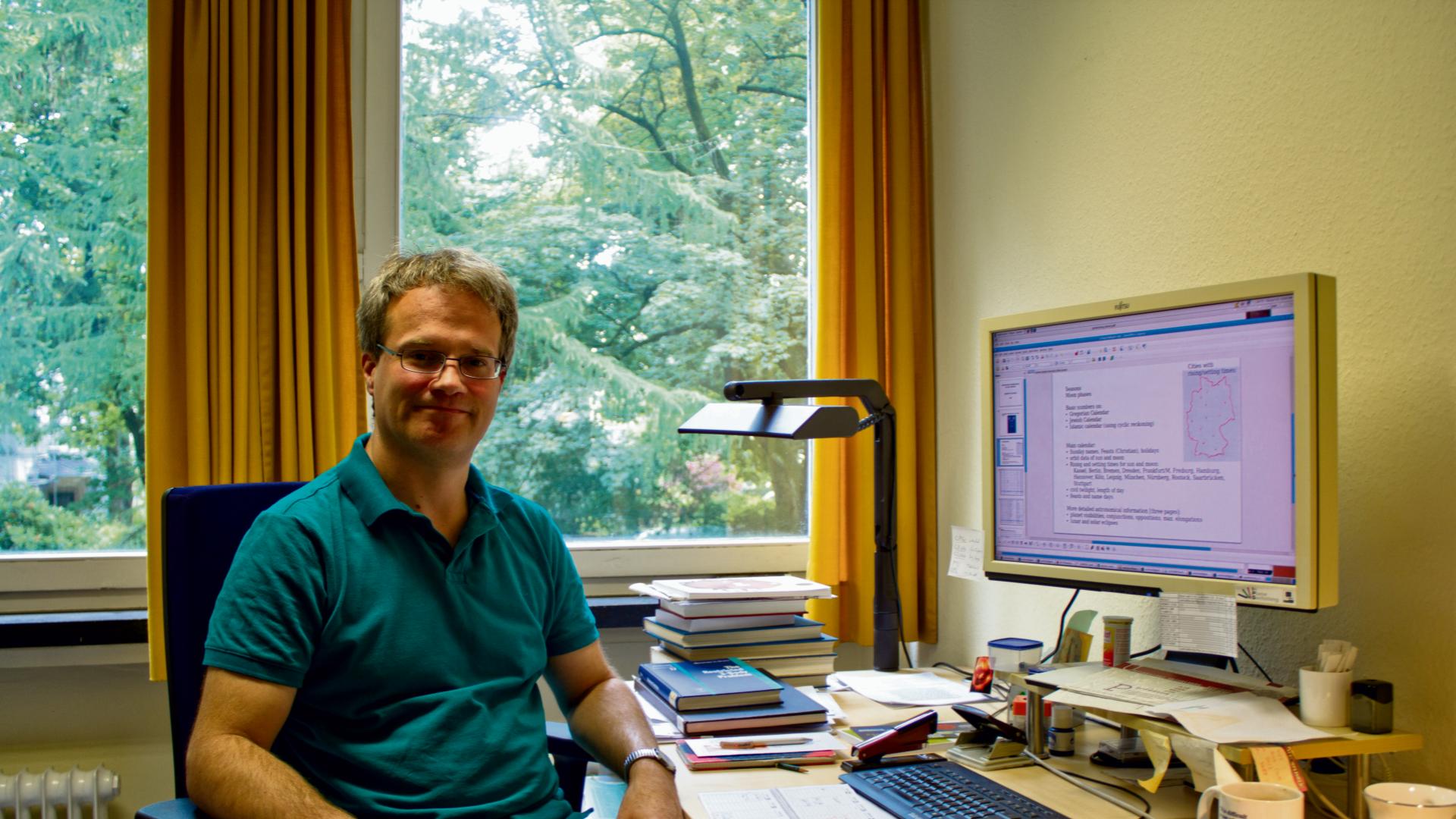 Robert Schmidt führt alljährlich die Berechnung der Kalenderdaten durch. Bild: Malte Krohn