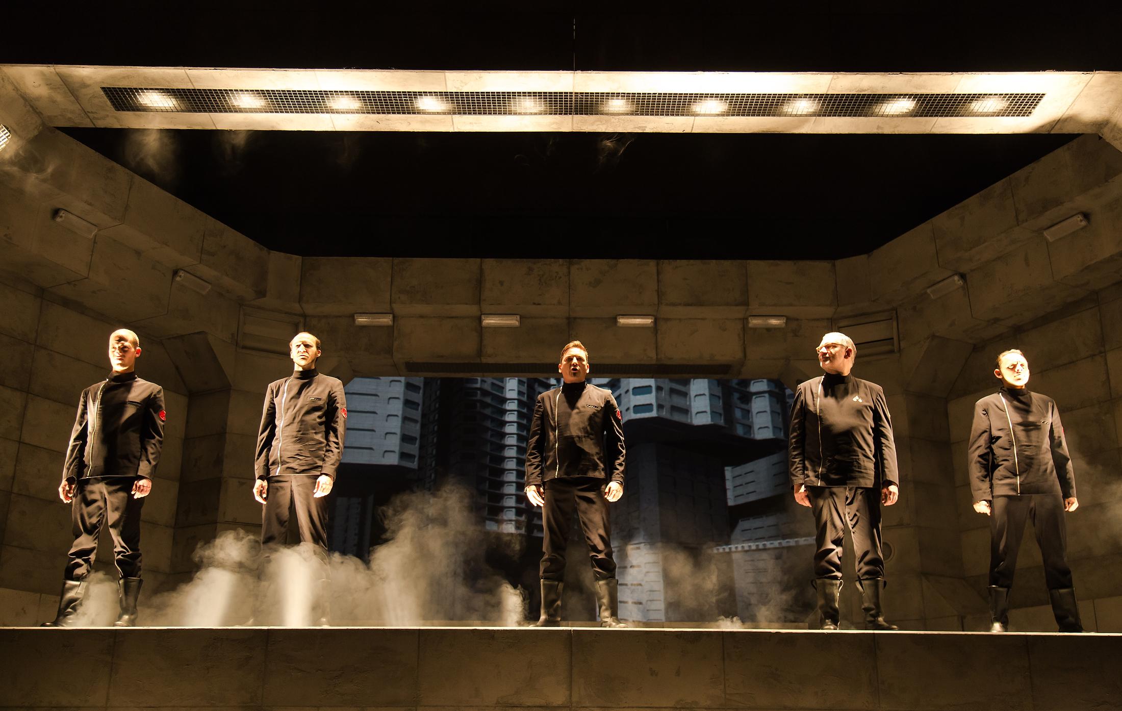Die Feuerwehr-Crew rund um Hauptfigur Guy Montag (Steffen Gangloff, Mitte). Bild: Annemone Taake