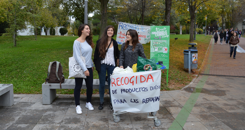 Studentinnen sammeln Spenden für Flüchtlinge auf dem Madrider Campus. Bild: jas