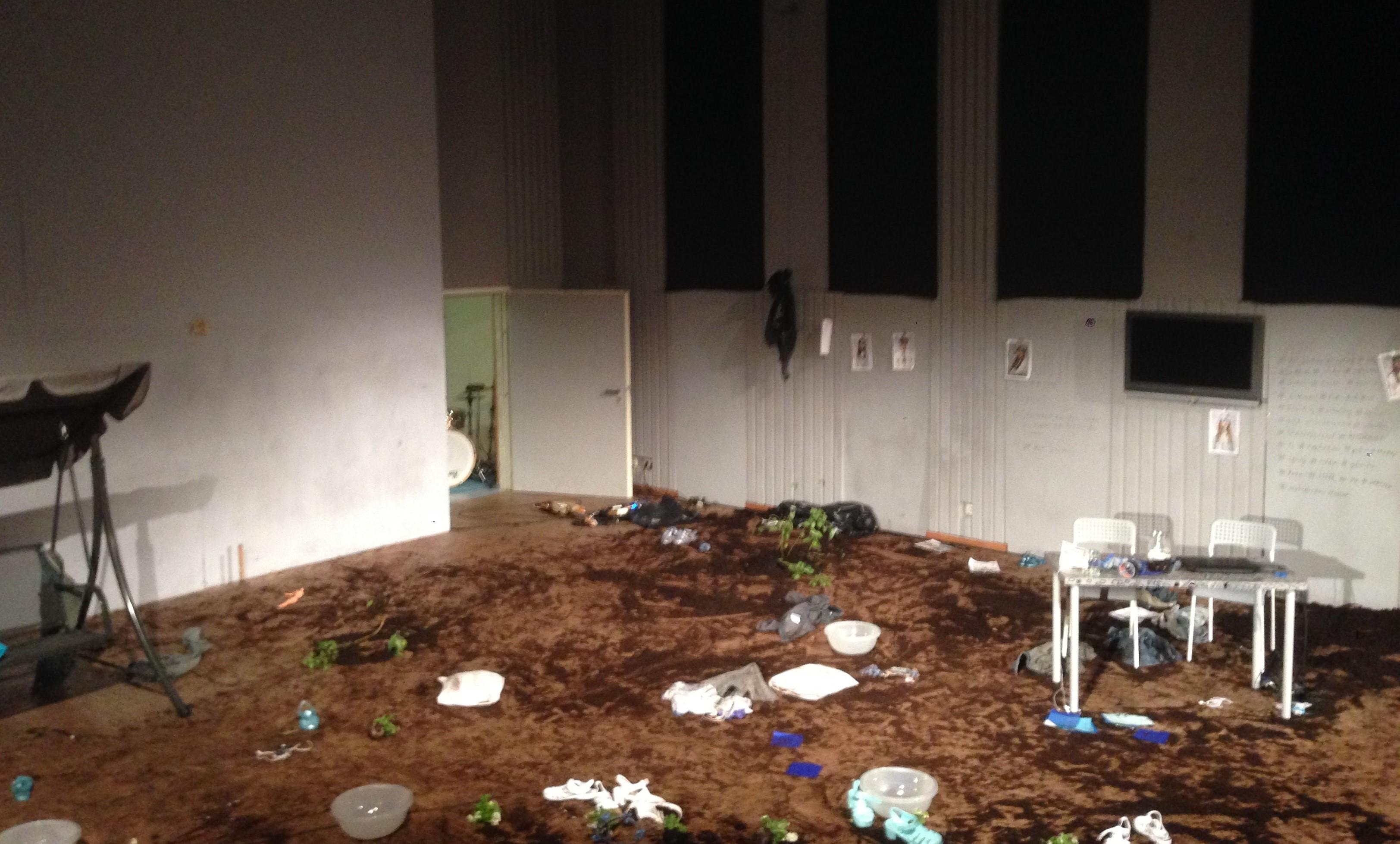 Überall Muttererde — Bühne im Haus der Jugend nach der Vorstellung. Foto: Jamie Dau