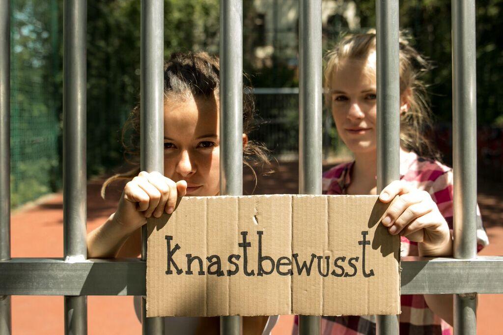 "Hinter Gittern: Durch ""knastbewusst"" regen Julia und Stephanie zum Austausch an. Foto: Privat."