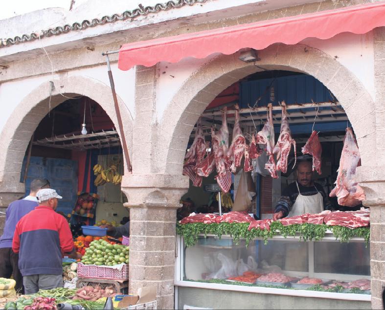 Ein Metzger und ein Gemüsehändler präsentieren ihre Waren. Foto: Cornelius Rohde