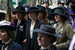 Die Suffragetten (Anne-Marie Duff, Carey Mulligan und Helena Bonham Carter) bei einer Kundgebung. Bild: Concorde Filmverleih GmbH
