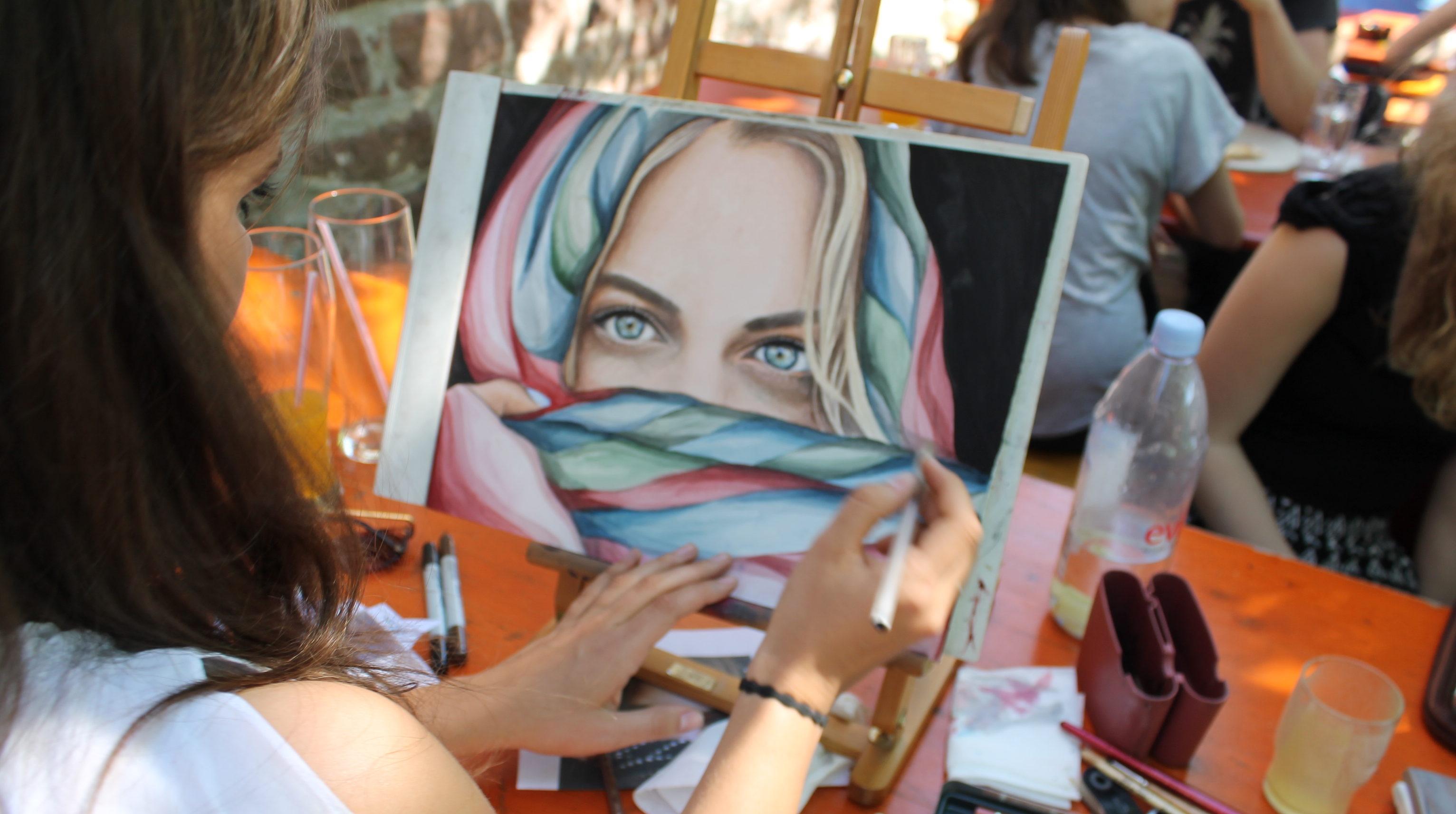 Eine Teilnehmerin verleiht ihrem Bild kurz vor Schluss noch den letzten Schliff. Bild: Elif Dabazoglu.