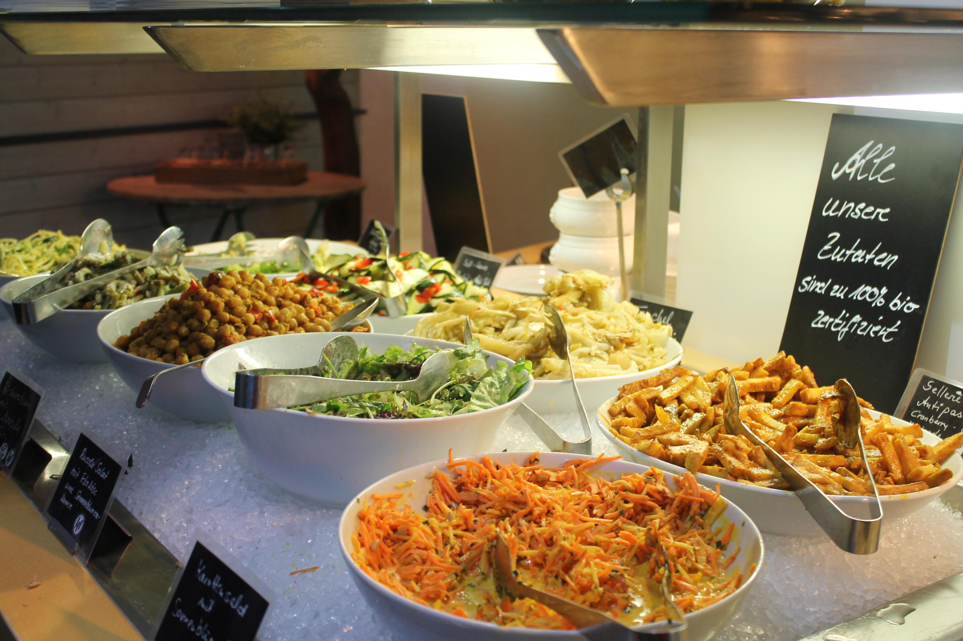 """Vegetarisch-veganes Büffet im Restaurant """"Red"""". Bild: Elif Dabazoglu."""