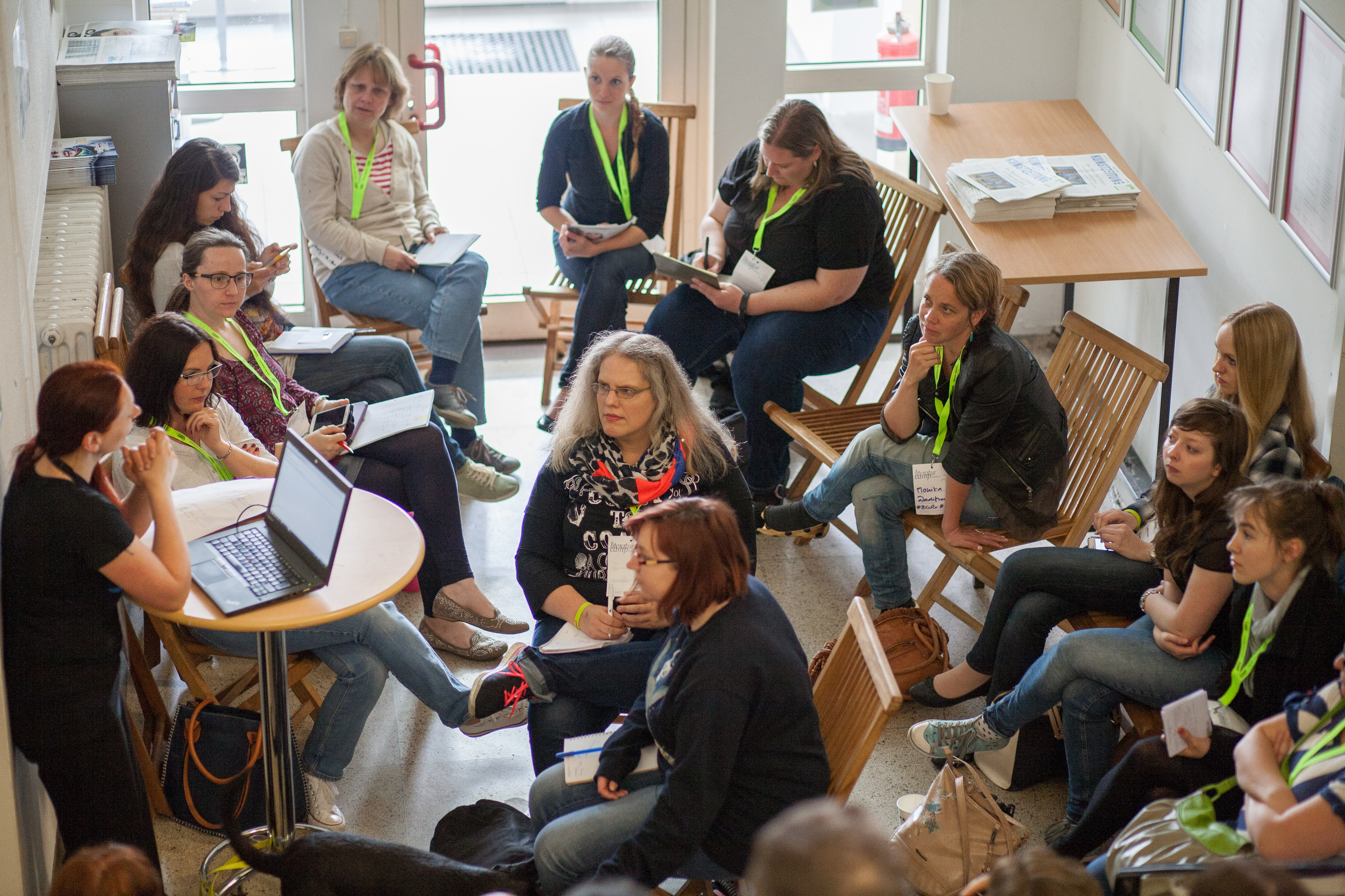 Eine Sitzung während des Literaturcamps. Fotos: Valentin Bachem/ https://www.flickr.com/photos/vbachem/sets/72157666945037904/ ,  @creativecommons CC-BY 2.0/ : https://creativecommons.org/licenses/by/2.0/de/
