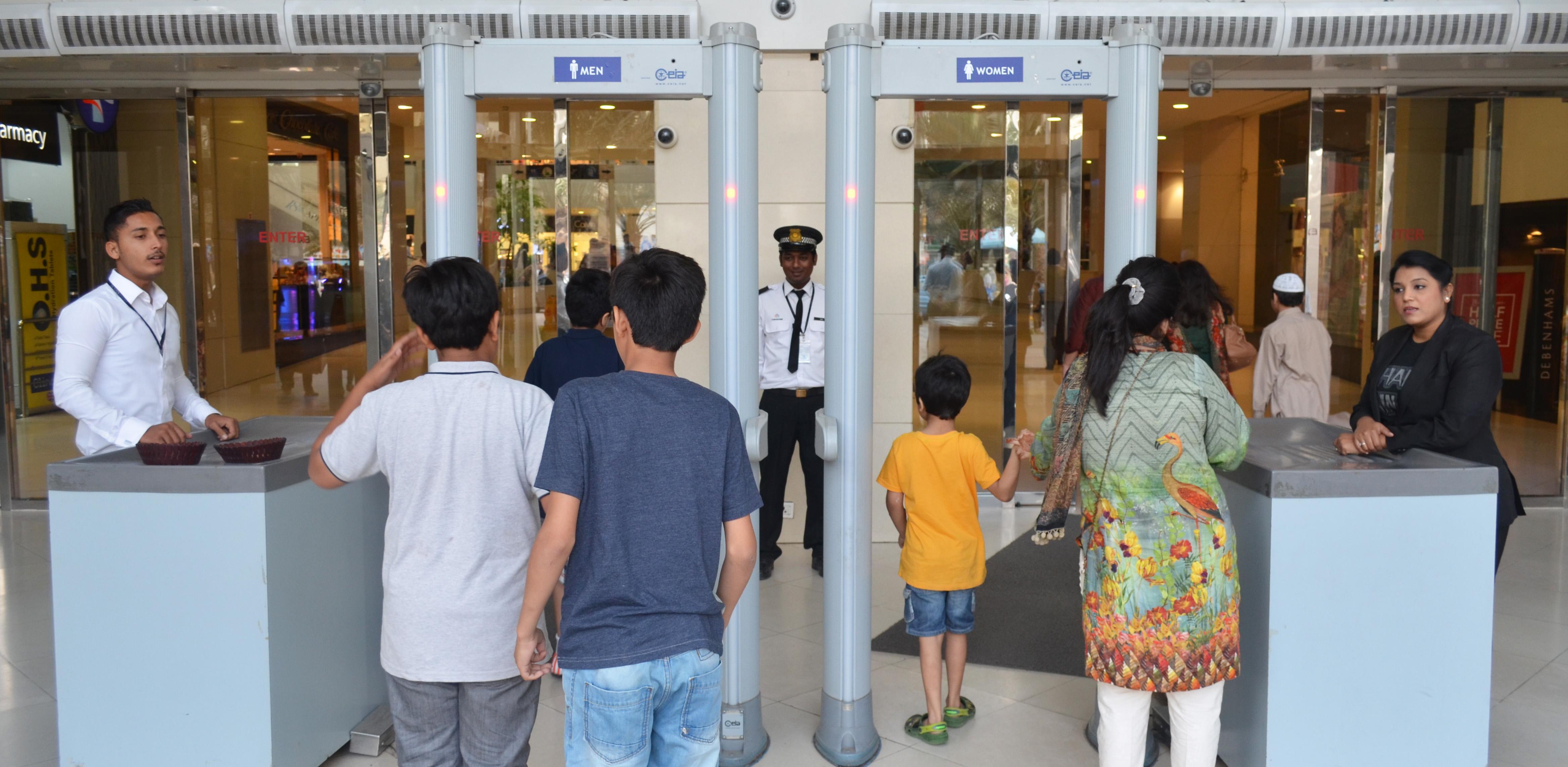 Geschlechtergetrennte Tore in eine sorglose Welt: der Sicherheitscheck fehlt in keiner Mall / Foto: Hannah Bley