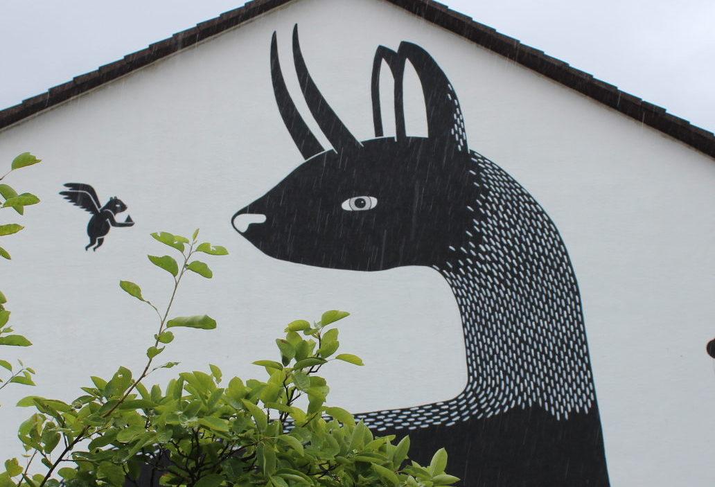 Ob Lama oder Reh: An einer Hauswand in Rohrbach prangt dieses Untier. Foto: Hannah Lena Puschnig