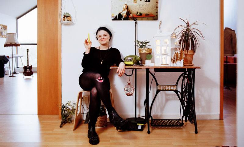 Sitzende Frau in schwarz gekleidet