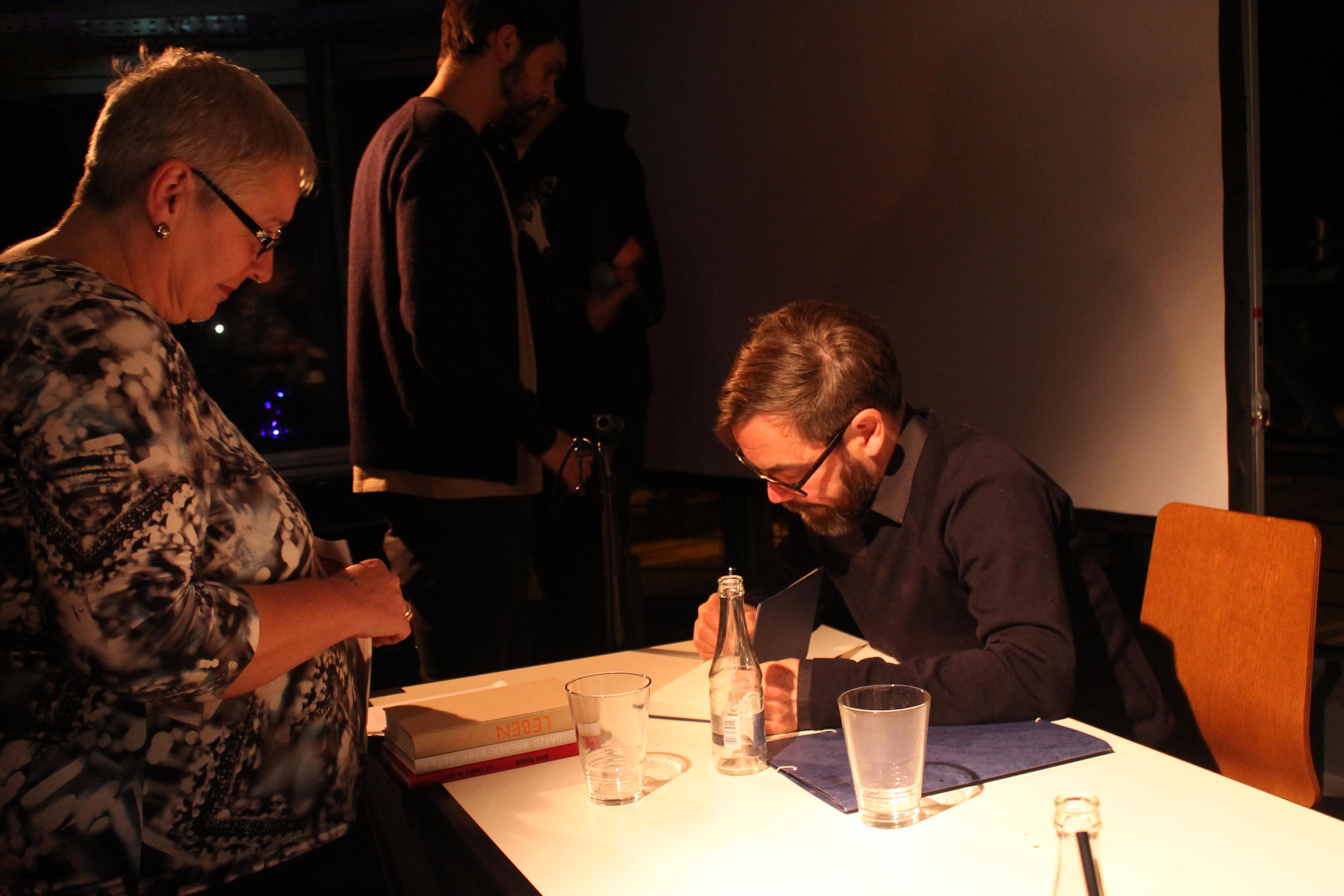 Nach der Lesung gibt David Wagner, einer der Autoren, Autogramme. Bild  Livia von Oldershausen