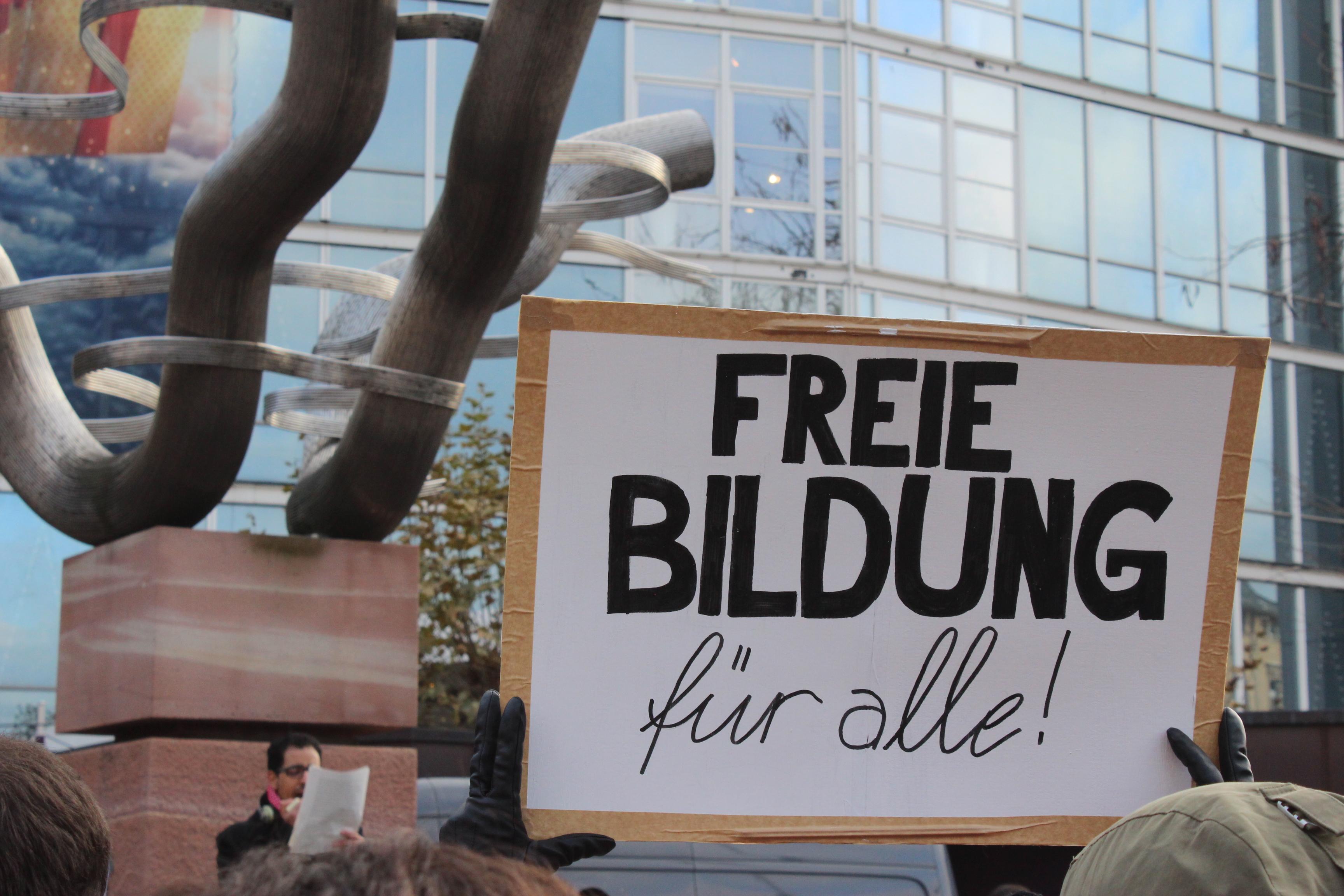 Studierende demonstrieren auf dem Bismarckplatz gegen Bauers Pläne. Foto: Hannah Lena Puschnig.