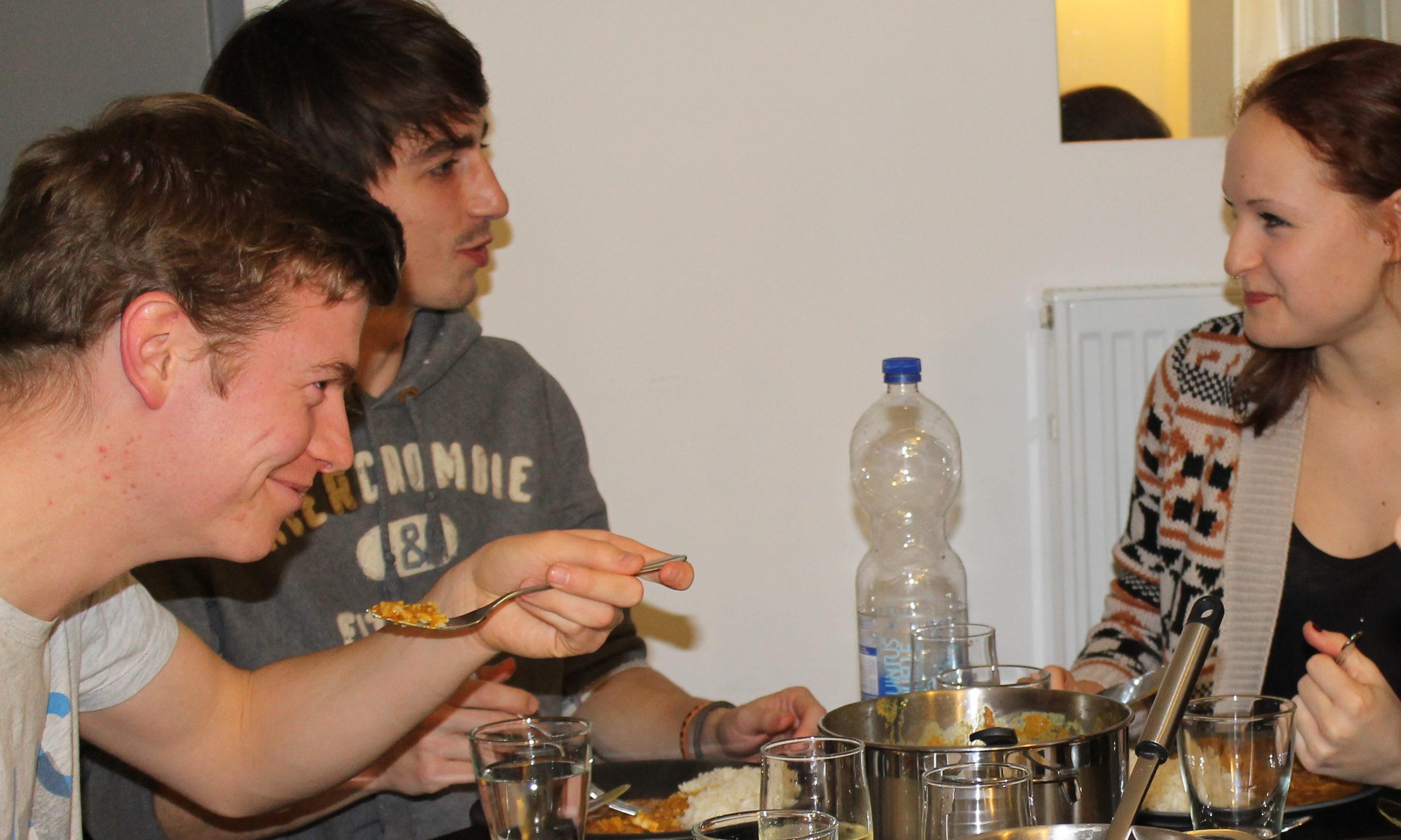 Auch mal den Löffel abgeben – beim Running Dinner kommt jeder auf seine Kosten Bild: Matthias Luxenburger