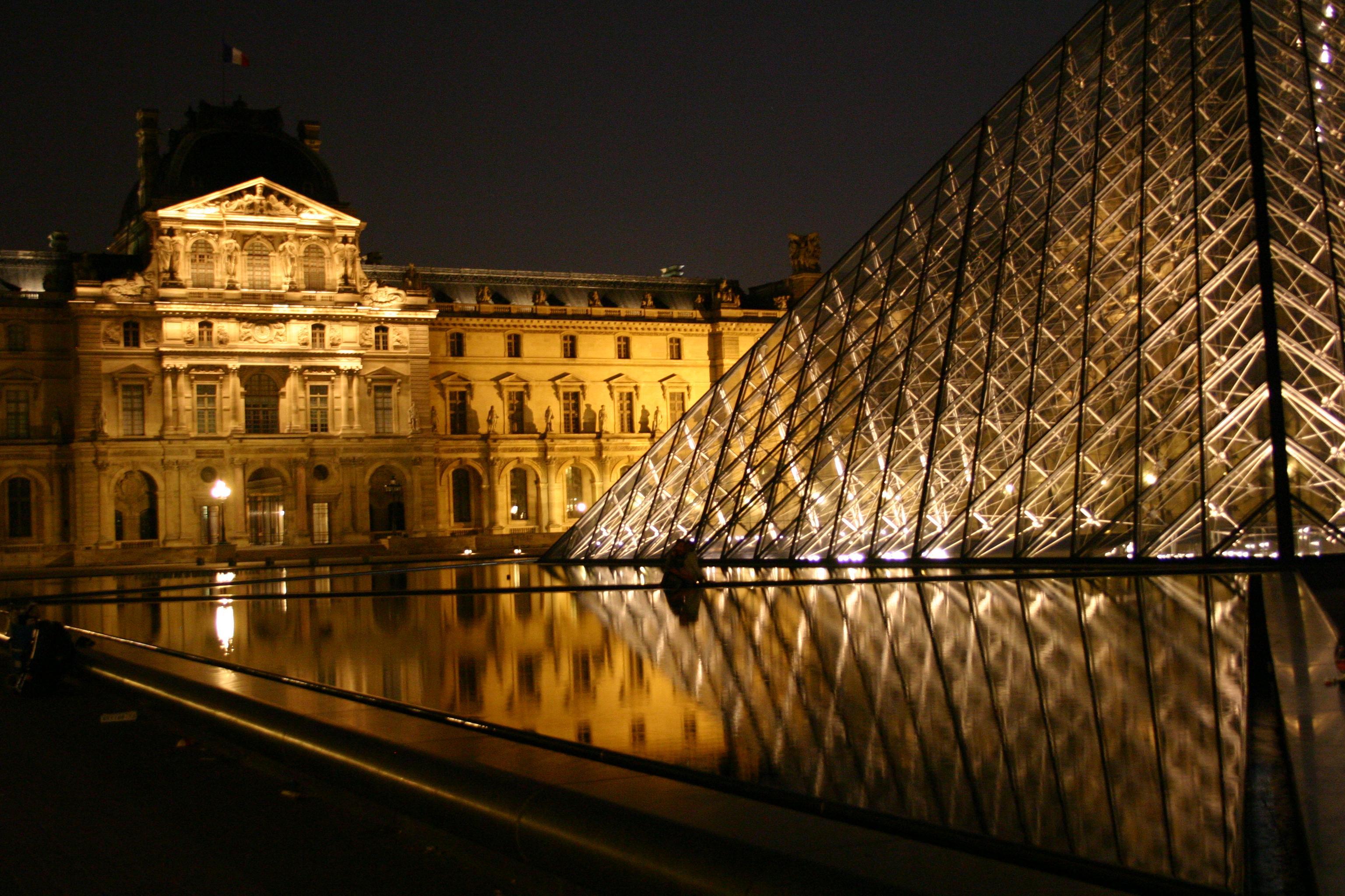 Innenhof des Louvre bei Nacht