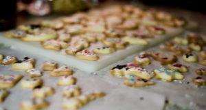 In der Weihnachtsbäckerei: Ausstecherle