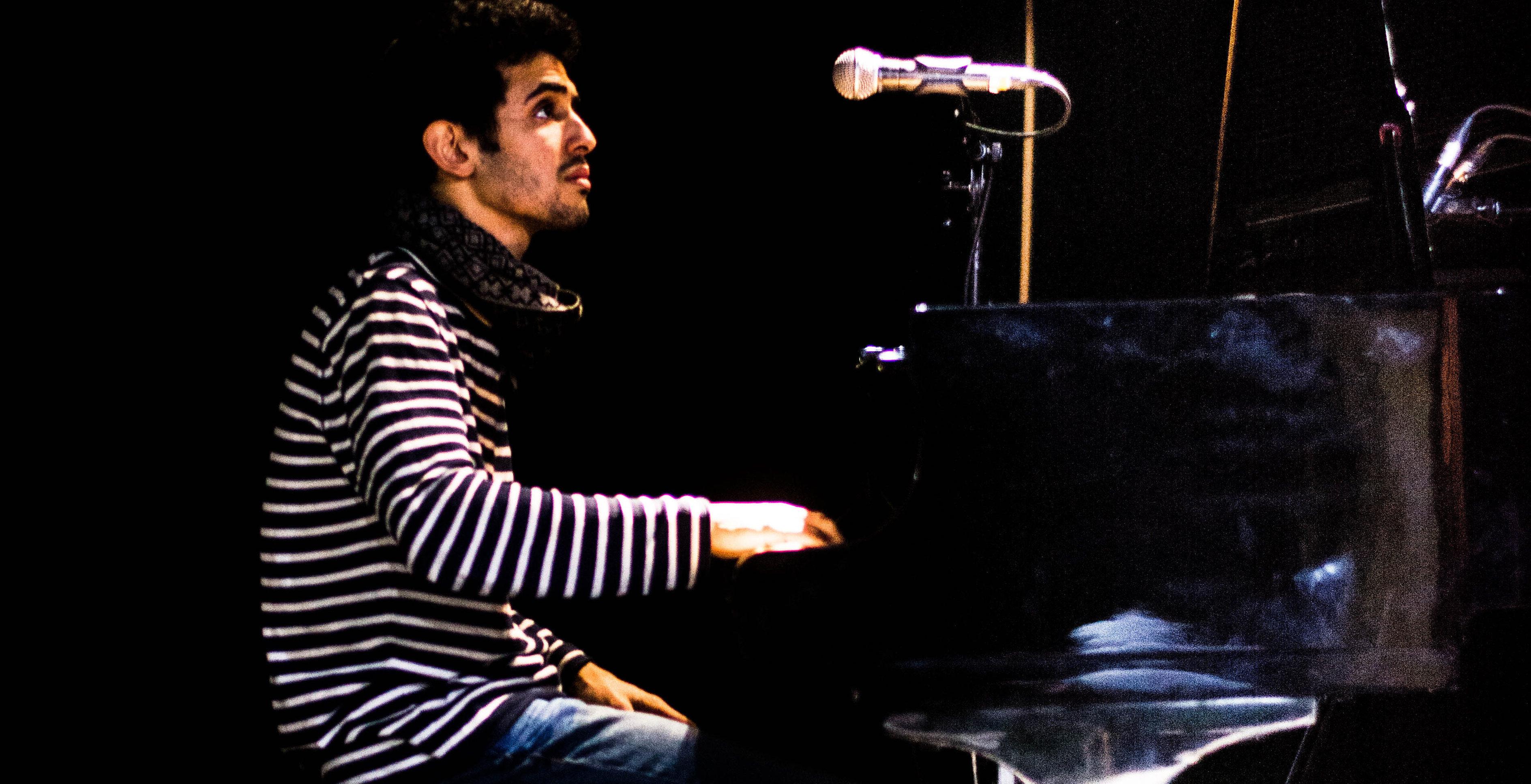 Von der Straße in den Konzertsaal: Aeham Ahmad spielte im Karlstorbahnhof sowohl Klassik als auch Eigenkompositionen. Foto: Philip Hiller.