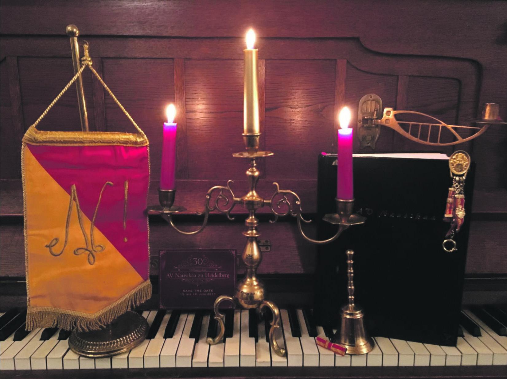 Mit Klavier, Kerzenleuchter, Wimpel und Glocke: Tradition wird auch bei Damenverbindungen hochgehalten. Foto: AV Nausikaa