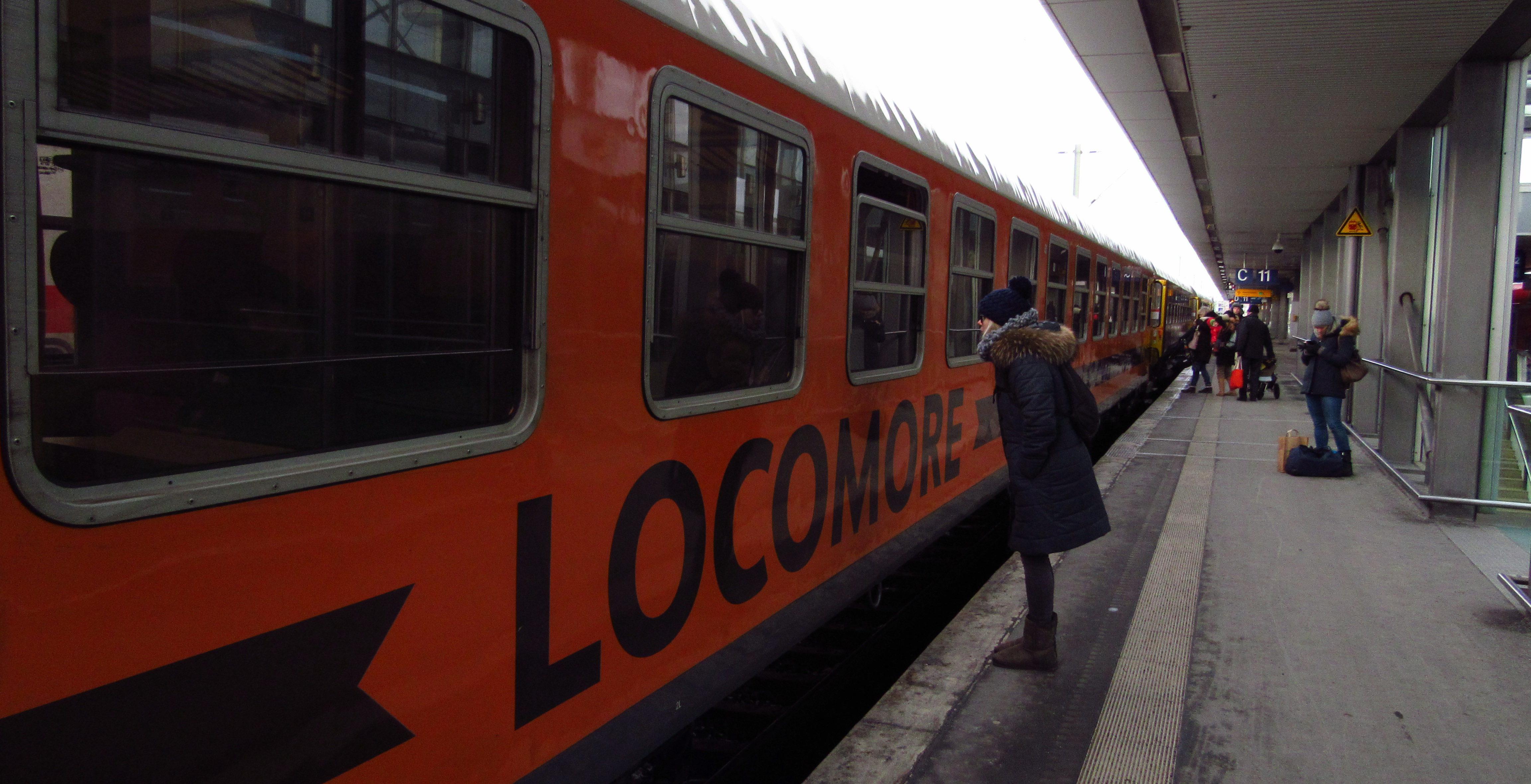Verabschiedung am Fenster von Locomore. Das leuchtende Orange der Waggons sticht an den Bahnhöfen hervor Foto: Viola Heeger