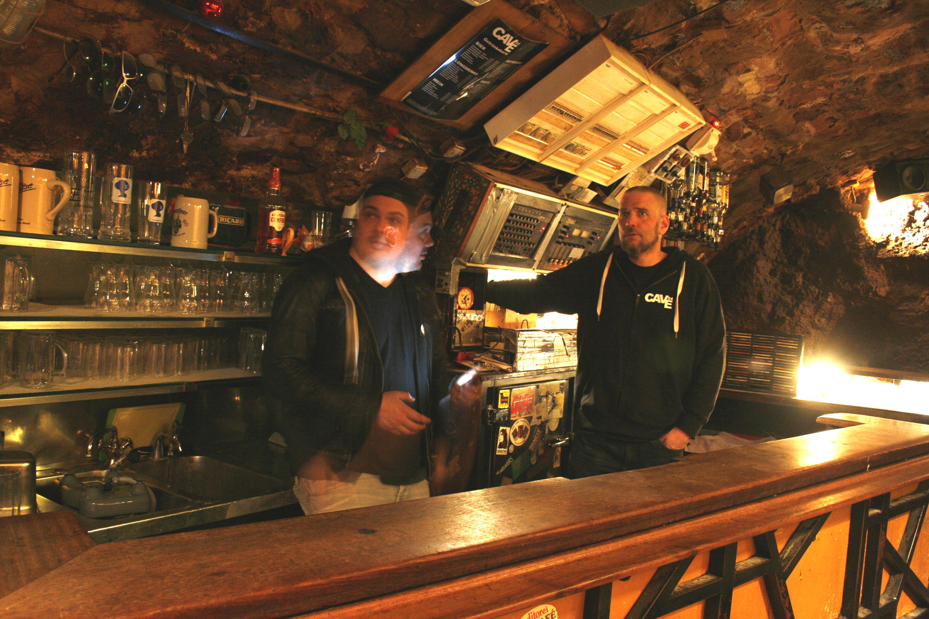 Die beiden neuen Betreiber des Cave, Rico Riedmüller (l.) und Werner Lorenz ((r.)hinter der Bar.  (Bild: Christopher Tiersch)