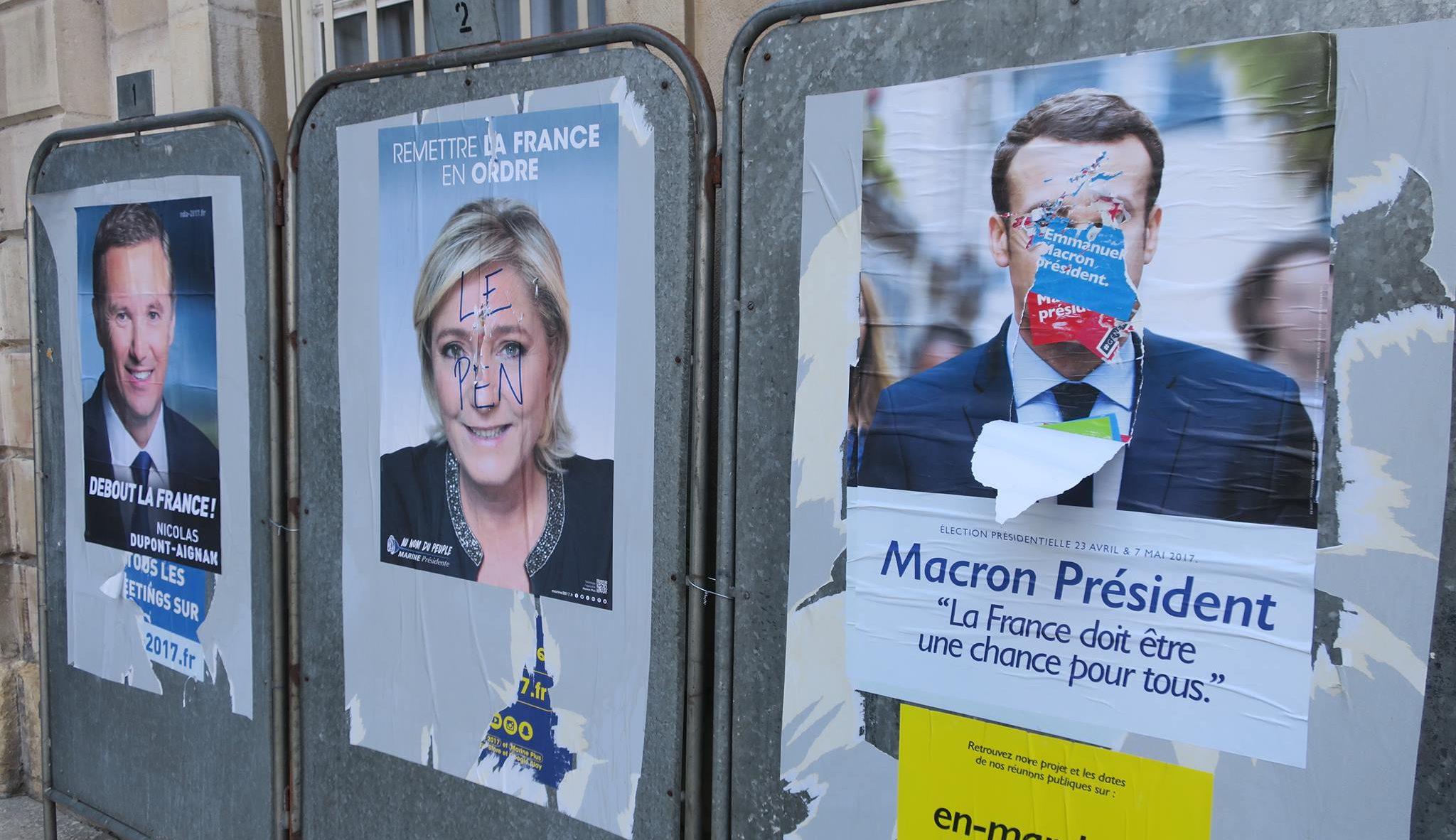 """""""Emmanuel Macron und Marine Le Pen werden in der Stichwahl in zwei Wochen um die Präsidentschaft antreten. Die Plakate sind erst einige Stunden alt. Bild: Jakob Bauer"""