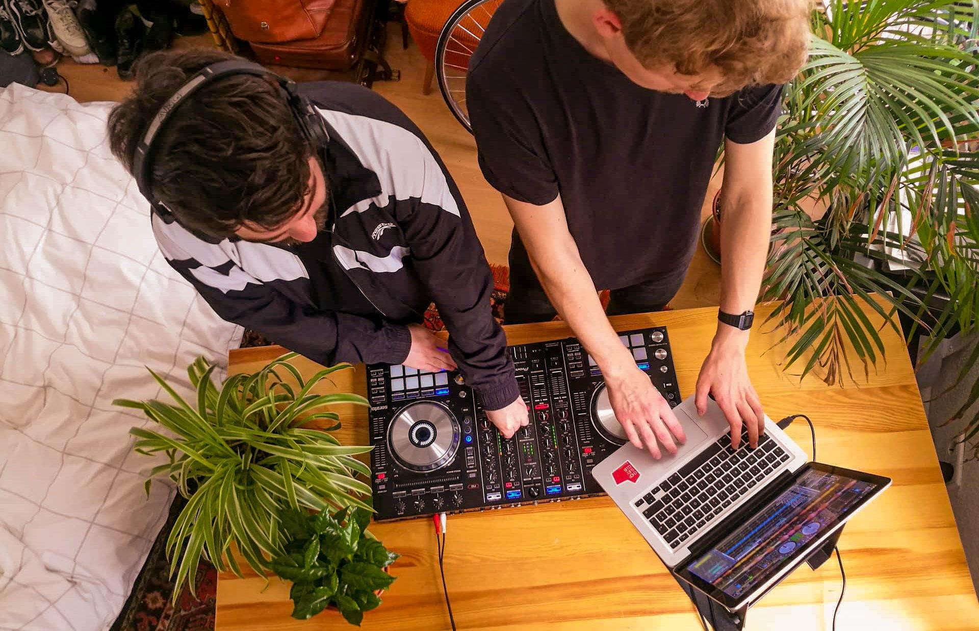 Yannick und David swaggen auch in ihrem Wohnzimmer. Bild: The Postie