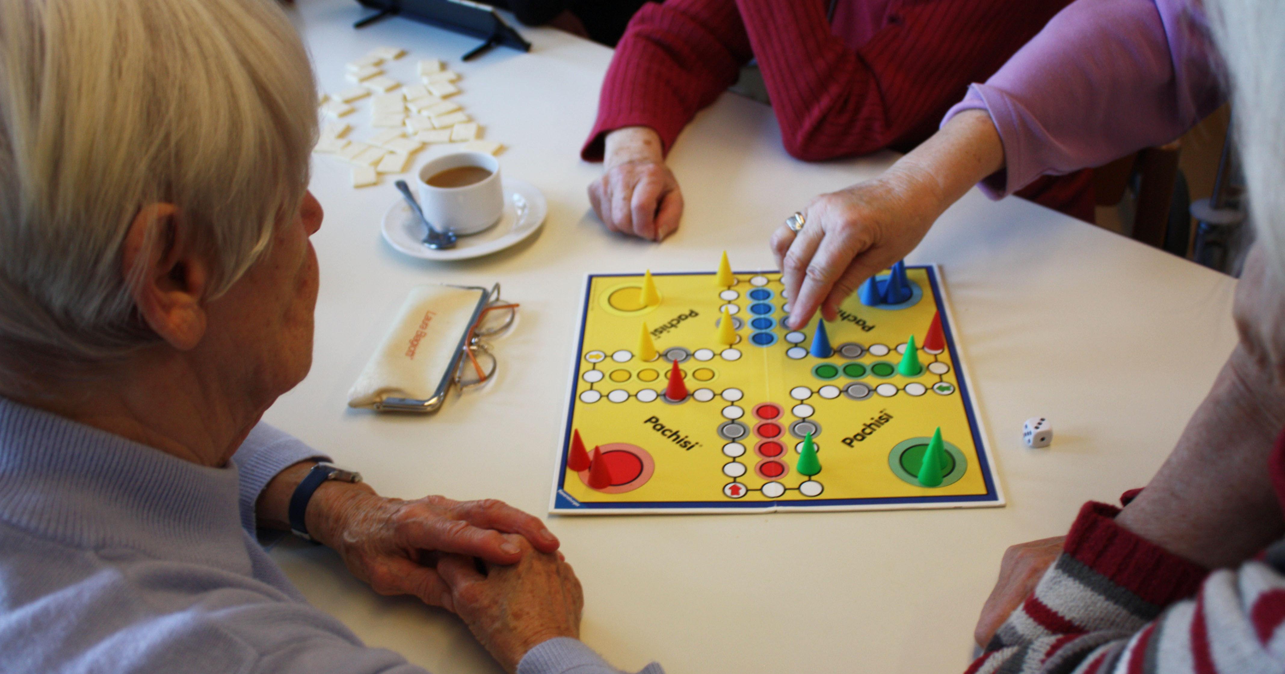"""Bei der Aktion """"Tante Inge zockt"""" spielten Studierende und Senioren gemeinsam Brettspiele. Foto: Privat"""