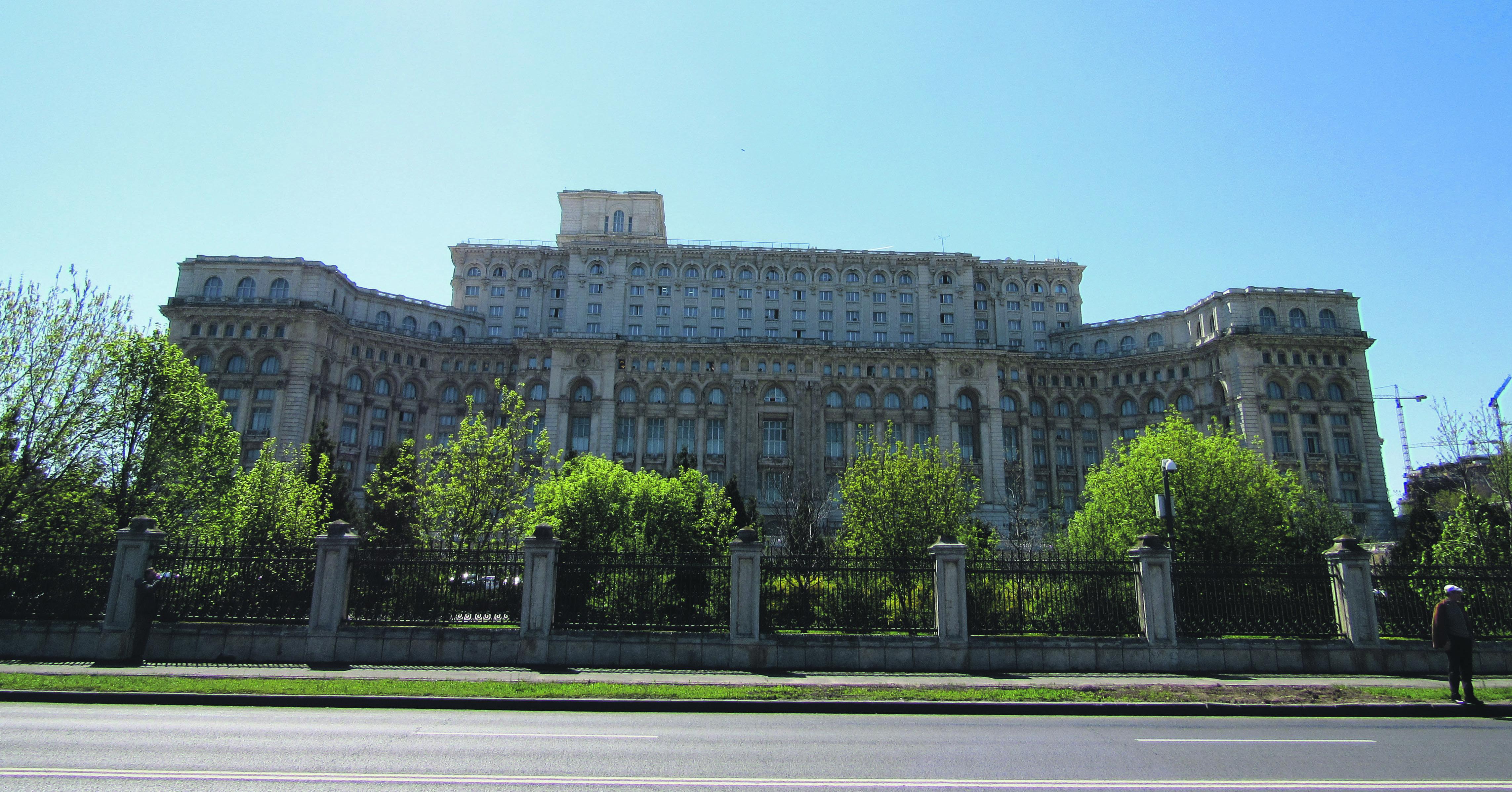 Im Schatten der Baukräne: Seit 1989 schleppt sich die Vollendung des Parlamentspalasts dahin. Foto: Viola Heeger