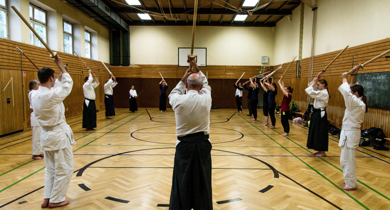 Die Bewegungsabläufe mit dem Bokken werden im Training einstudiert. Foto: Philip Hiller