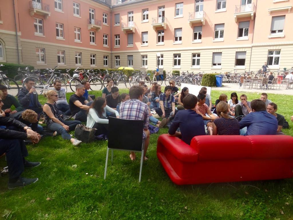 Mit dem Bunten Sofa sorgt der AK jedes Jahr für Aufsehen. Bild: AK Real World Economics