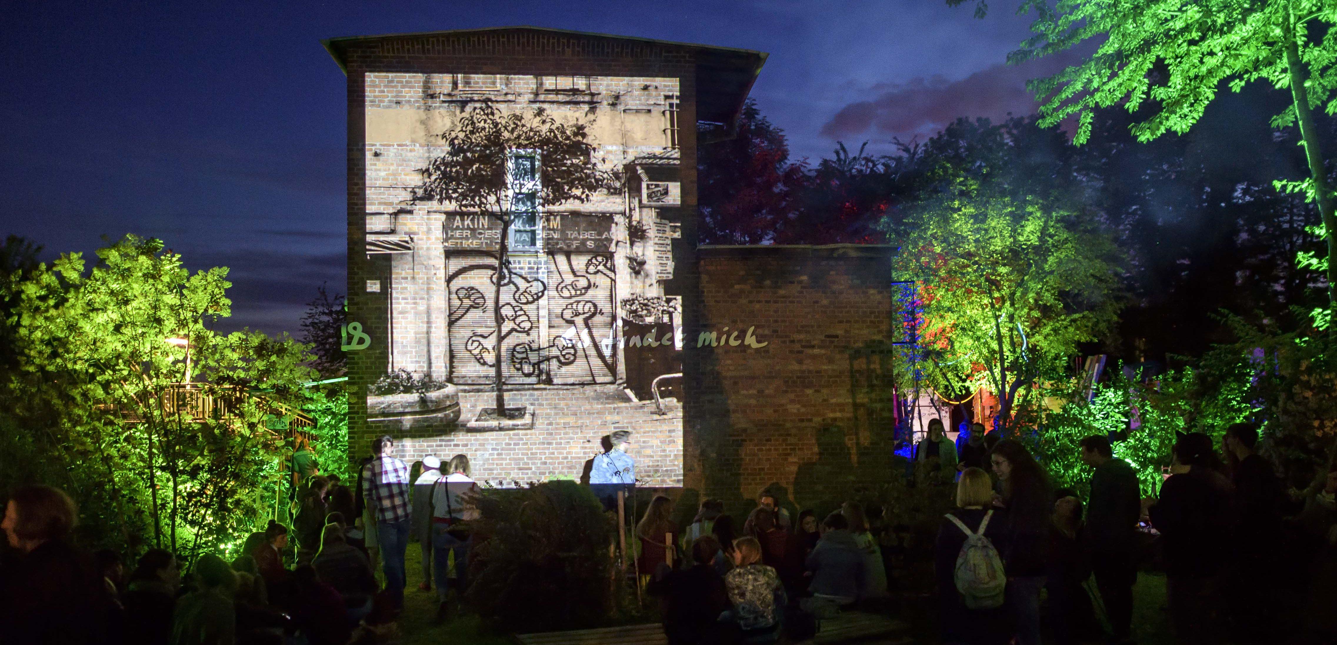 Bei der Hausbeleuchtung dient die Backsteinfassade als Leinwand für die Kunst. Foto: Matthis Bacht.
